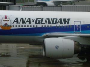 """左舷 :  """"ANA × GUNDAM""""のロゴマークとガンダムの頭部"""