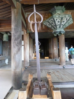 鉄の錫杖(てつしゃくじょう)と高下駄