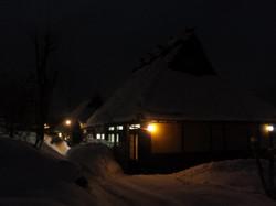 かやぶき屋根へのライトアップ