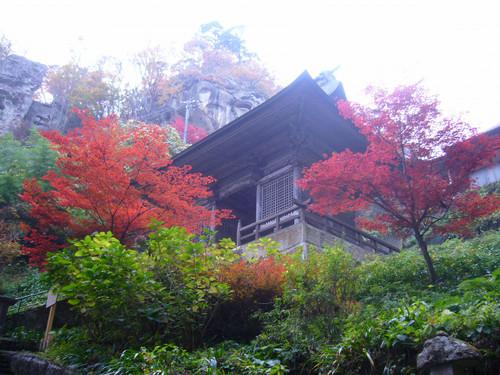 山門近くの紅葉