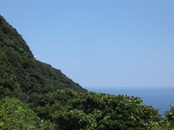 中央の山の窪んだところに灯台
