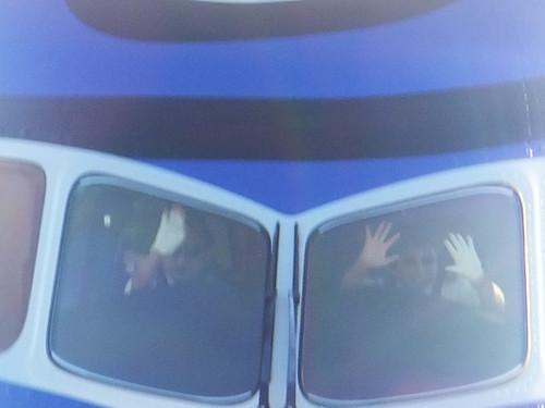 パイロットさんが手を振ってくれてます
