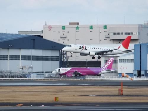伊丹空港に駐機中のピーチ機